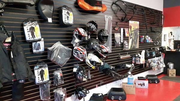 Plusieurs pièces et accessoires en magasin.